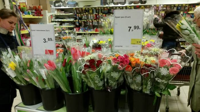 """В """"Евроопте"""" букетики совсем недорогие. Фото: Аля Покровская"""