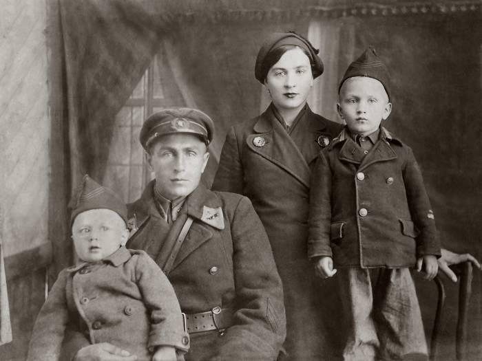 Барановские Михаил и Анна с сыновьями Лёней и Валей. 20.01.1941 г. Фото предоставлено Виктором Алешиным