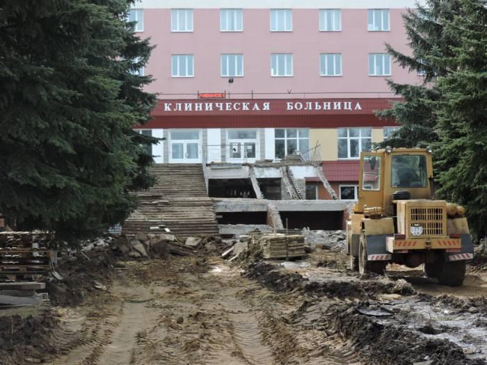 В Витебске ремонтируют лестницу на входе в областную больницу