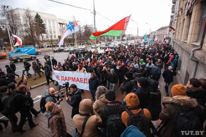 Красно-зелёные флаги впервые использовались на марше нетунеядцев. Фото: Дмитрий Брушко, TUT.BY