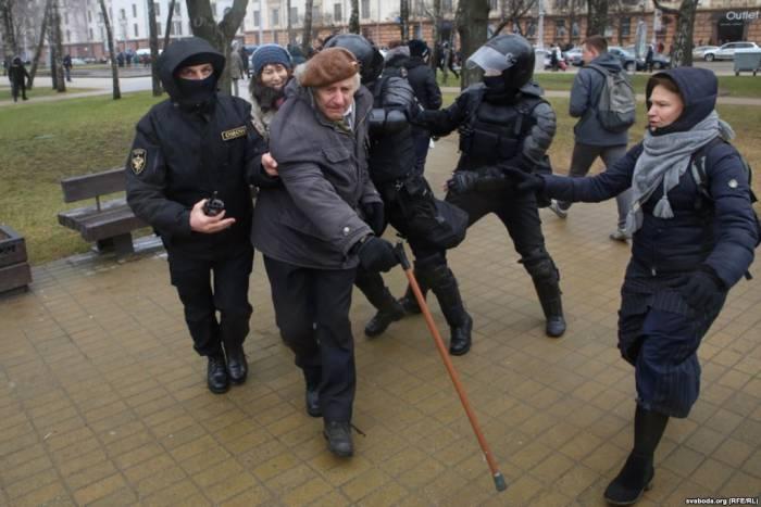 Брали даже пенсионеров. Фото: svaboda.org