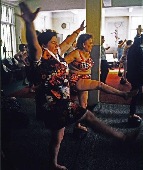 70-е годы. Занятия физкультурой в доме отдыха. Фотограф Ian Berry. Источник fototelegraf.ru