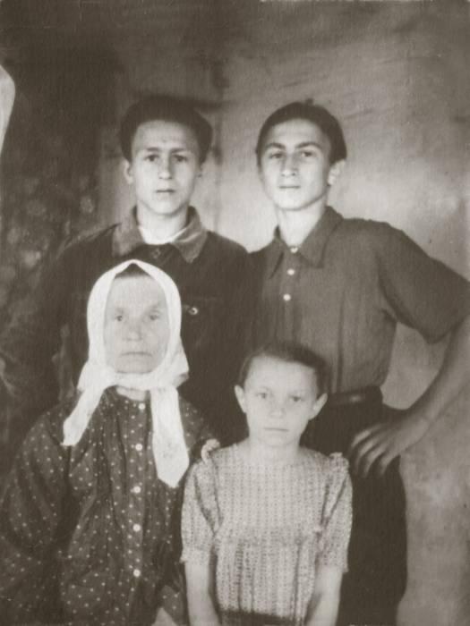 Веренёва Мария Матвеевна с внуками Барановскими. Фото предоставлено Виктором Алешиным