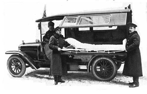 Такой санитарный автомобиль наряду с гужевым транспортом использовали в Санкт-Петербурге до революции. Фото nevsedoma.com.ua