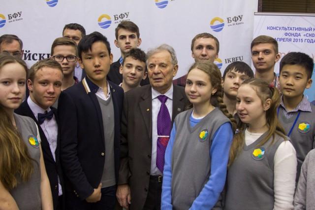 Жорес Алферов со школьниками. Фото kgd.ru