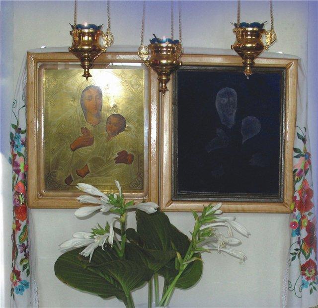 Икона отразилась на стекле киота в Мелитопольском мужском монастыре. Фото forum.jar-magic.ru