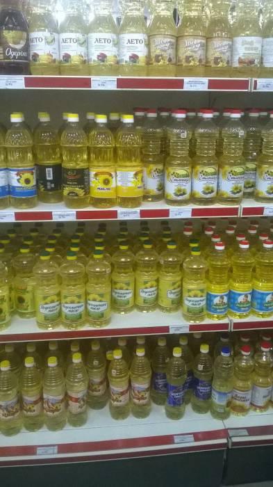 """В этом магазине самое дешевое масло стоит вверху и внизу. а на уровне глаз - популярный """"середнячок"""". Фото Анастасии Вереск"""