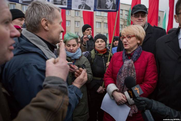 Чиновница незнала, что сказать протестующим. Фото: svaboda.org