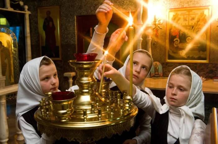 В день празднования иконы к образу приходят не только взрослые, но и дети. Фото mariamagdalena.ru