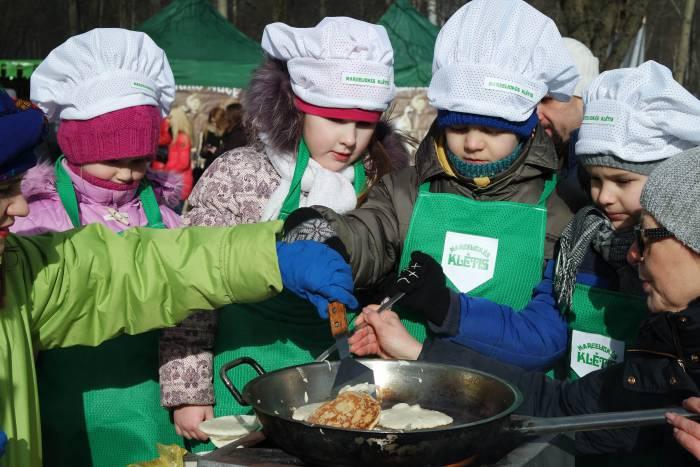 """Для детей литовцы организовали """"аЛАДНЫ фэст"""", здесь учили печь блинчики. Фото Анастасии Вереск"""