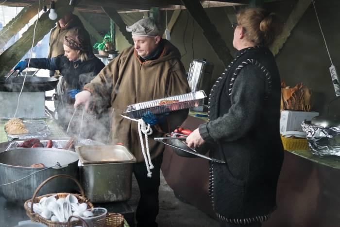На ярмарке можно купить не только поделки, но и угощения. Фото Анастасии Вереск