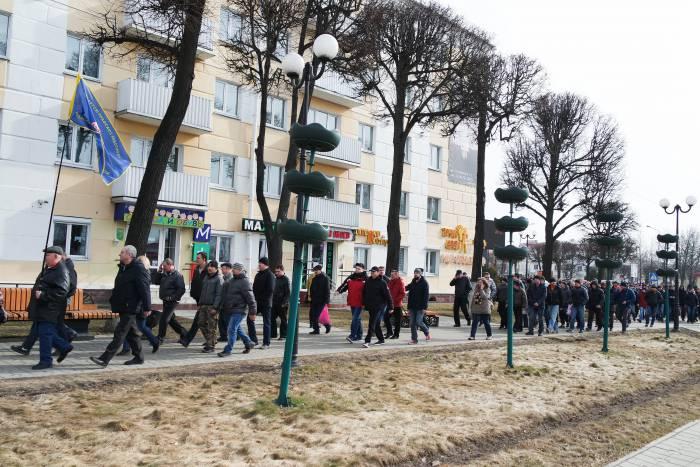 Колонна протестующих двинулась к райисполкому. Фото Анастасии Вереск