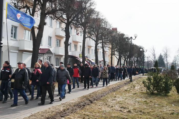 Колонна по пути к исполкому. Фото Анастасии Вереск