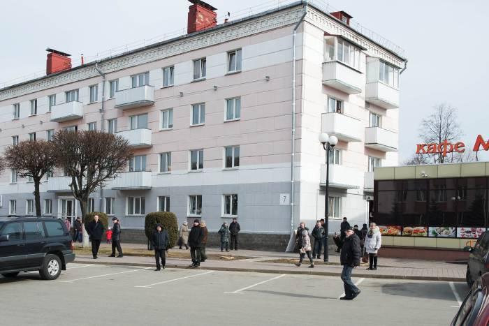 некоторые жители города побоялись подходить близко к административному зданию. Фото Анастасии Вереск
