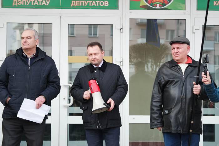 К участникам акции в Орше вышел заместитель председателя райисполкома. Фото Анастасии Вереск