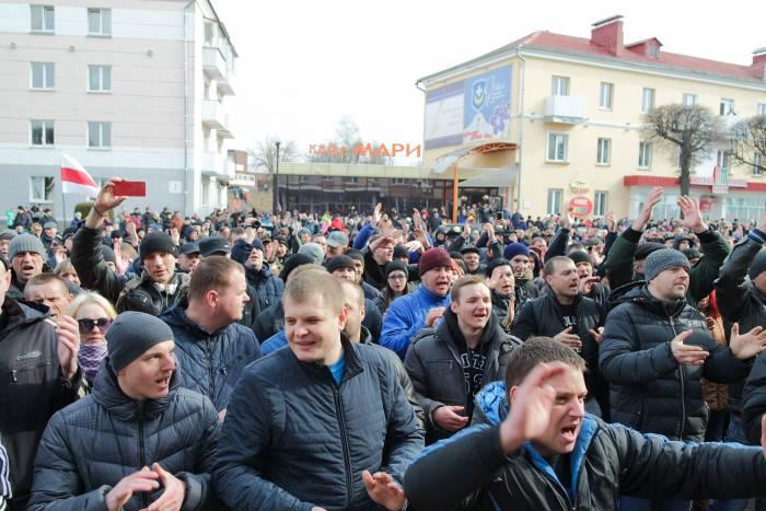 Участники акции активно поддерживали выступающих хлопками и выкриками. Фото Анастасии Вереск