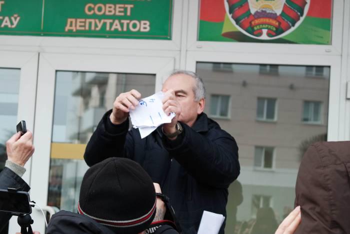 Макет извещения об оплате был порван на ступенях оршанского райисполкома. Фото Анастасии Вереск