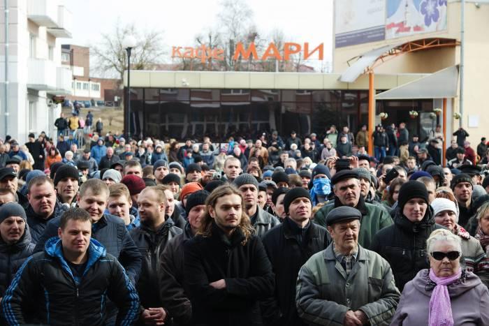 Участники протеста перед дверями исполкома. Фото Анастасии Вереск