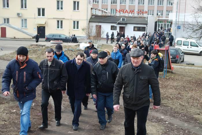 Участники акции захотели проводить лидера БХД. Фото Анастасии Вереск