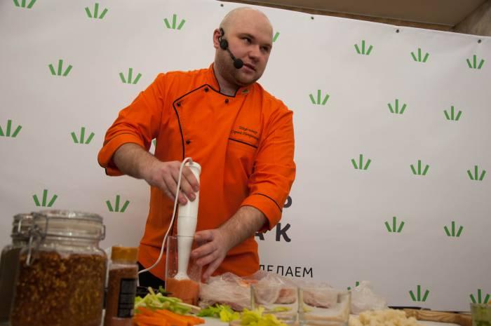 По словам шеф-повара Сергея Петроченко, в приготовлении соусов главное - не переборщить с резкими вкусами, с осторожностью нужно использовать чеснок. Фото Анастасии Вереск