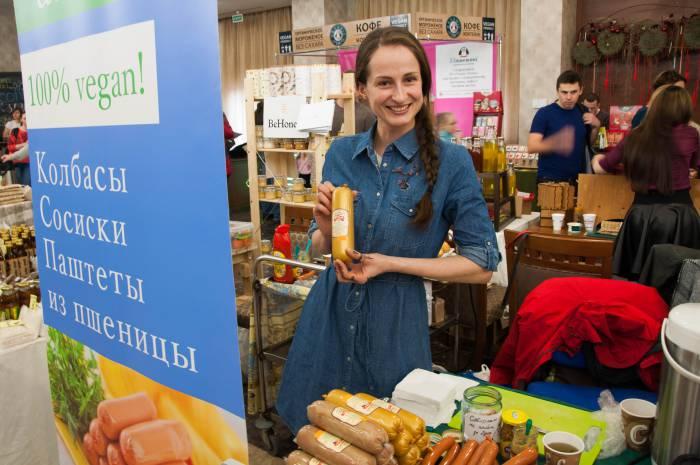 """Анна из магазина """"Амала"""" рассказала нам, из чего состоят паштеты и колбасы без мяса. Фото Анастасии Вереск"""