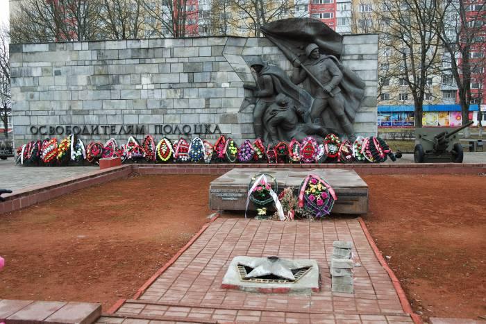 Хочется отметить плхое состояние памятника освободителям Полоцка, установленного на площади. Фото Анастасии Вереск