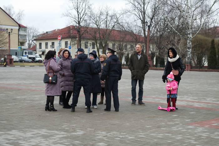 Сотрудники милиции предупреждали собравшихся об ответственности. Фото Анастасии Вереск