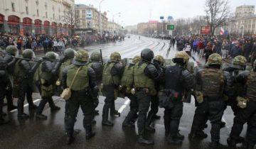 ОМОН расположился возле ЦУМа. Фото: svaboda.org