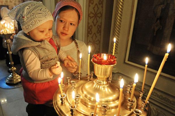 Многие верующие в пятницу идут в храм. Фото anews.com