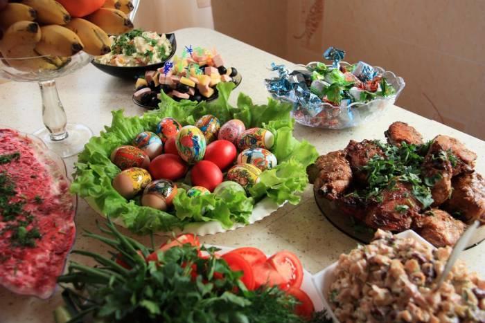 На праздничном пасхальном столе обязательно должны быть крашенные яйца. Фото fotokonkurs.ru