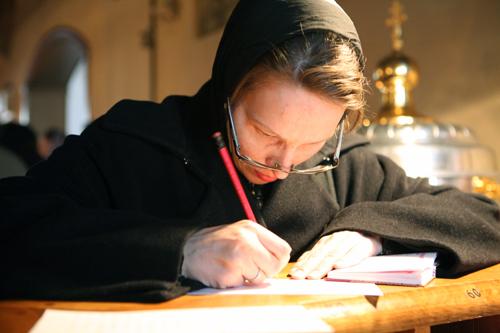В храме на Радоницу можно подать поминальную записку. Фото simblago.com