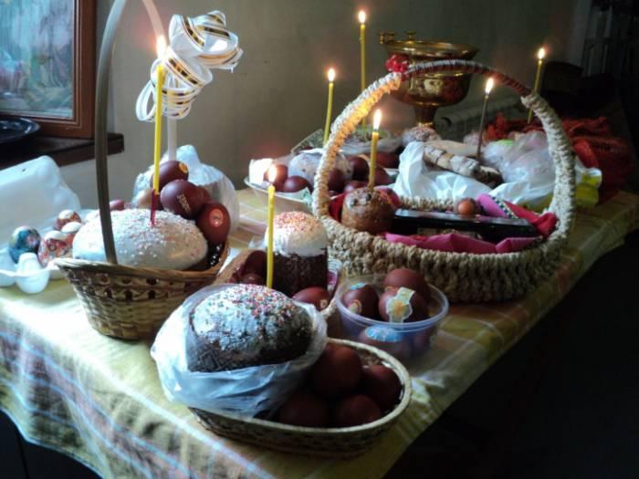 В храм можно принести яйца, куличи и другие продукты. Фото hramnagorke.ru