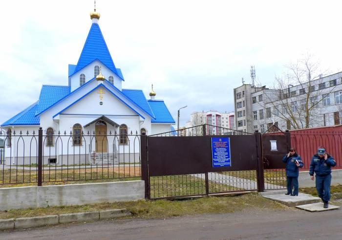 В объявлении указано, что богослужение в храме обычно совершается лишь по воскресным и праздничным дням. Фото Светланы Васильевой