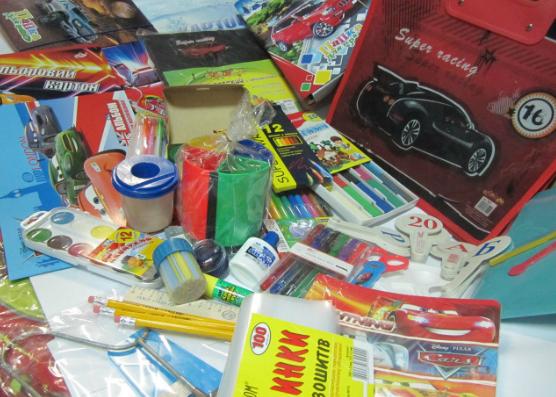 Канцелярские товары - популярный и практичный подарок для выпускника. Фото grand24.com.ua