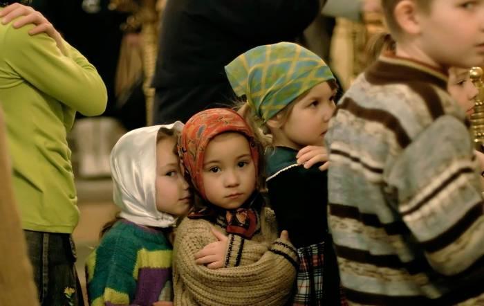 Дети причащаются. Фото: http://www.pravmir.ru/esli-rebenku-skuchno-v-hrame-sovetyi-svyashhennikov/