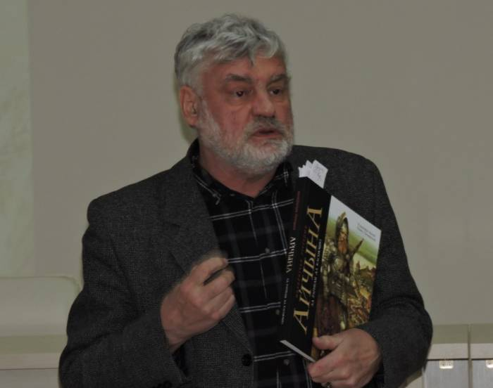 Уладзімір Арлоў прэзентуе сваю кнігу. Здымак Сашы Май