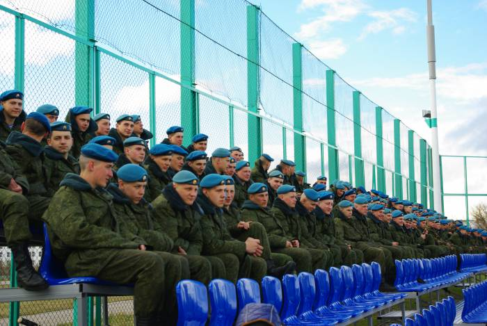 Поболеть за наших ребят пришли серьезные парни в форме. Фото Дарьи Максименко
