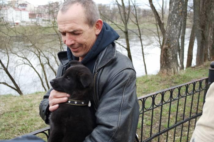 Теперь у щенка есть хозяин. Фото Анастасии Вереск