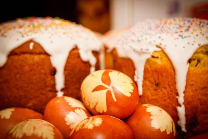 Многие хозяйки в субботу красят яйца и пекут куличи. Фото pixabay.com