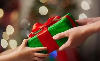 Воспитателям дарят не только цветы, но и подарки. Фото sovetto-retseptto.ru