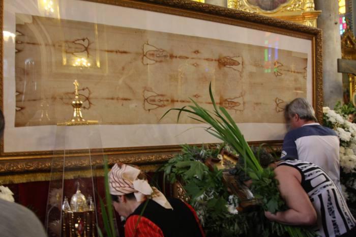Верующие во всем мире поклоняются освященной копии Туринской плащаницы. odessa-life.od.ua