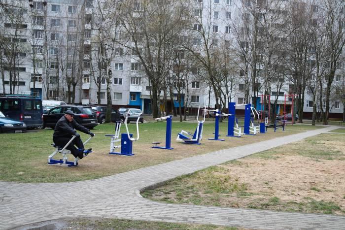 Тренажеры во дворах на проспекте Победы. Фото Анастасии Вереск
