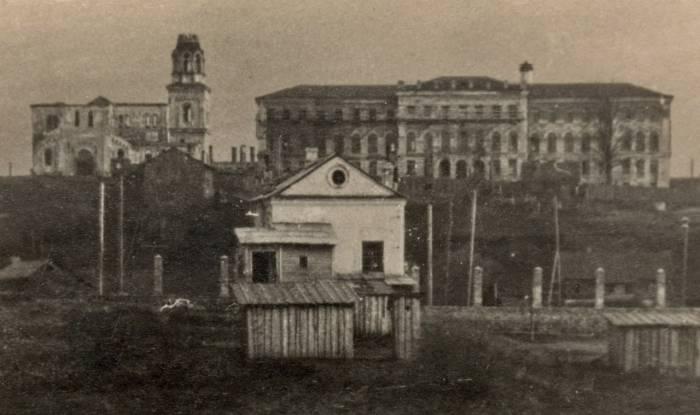 Вид на Духовскую церковь и здание нынешнего облисполкома (фрагмент). Кон. 1940-х – нач. 1950-х гг. Фото из архива Л. А. Седненковой.