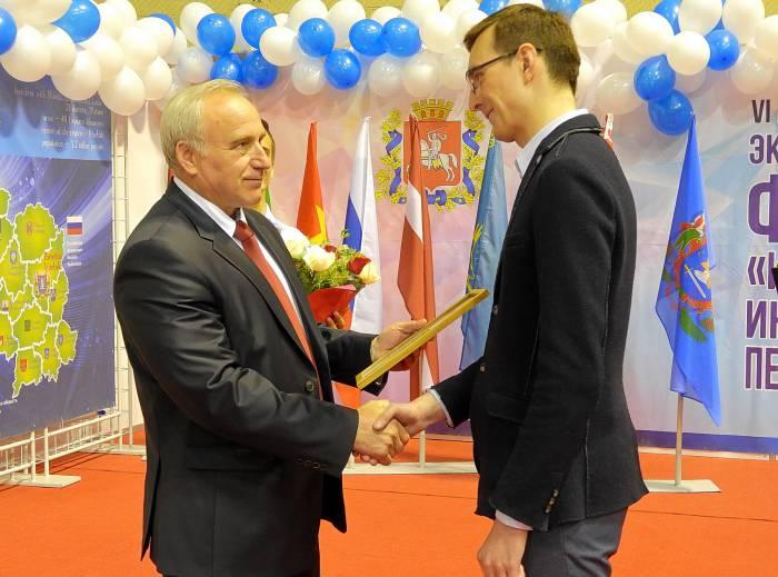 Награды вручает Шерстнев. Фото Светлана Васильева