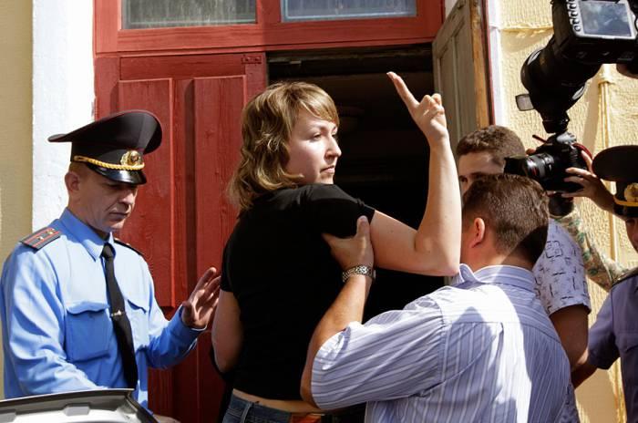 Белорусская журналистка Юлия Дорошкевич в сопровождении милиции. Фото www.ridus.ru