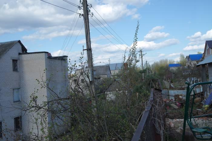 Линия электропередачи за забором усадьбы, которой так мешали 20-летние липы. Фото Владимир Борков