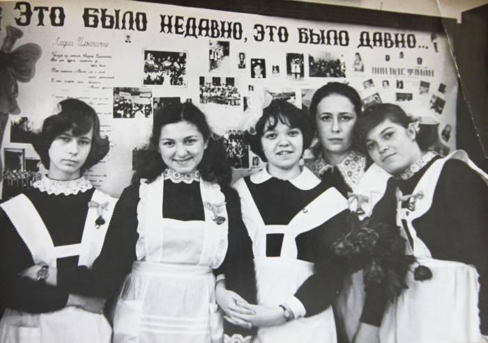 Когда-то ее ненавидели целые поколения выпускниц, а сейчас это модный тренд. Источник best.kp.ru