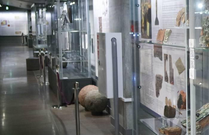 В музее Дворца великих князей литовских про экспонаты можно узнать с помощью QR-кода. Фото Анастасии Вереск