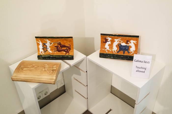 В музее Дворца великих князей литовских в Вильнюсе образцы кафельной плитки, которые можно потрогать, стоят отдельно.Фото Анастасии Вереск