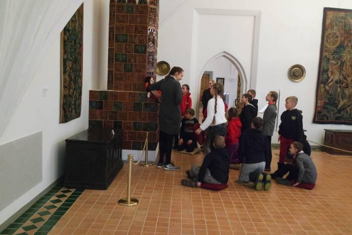 Так выглядит здесь экскурсия для детей: со всеми удобствами. Фото Анастасии Вереск